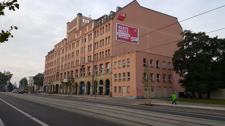 Leipziger Volkshaus mit Transparent zur Rentenkampagne