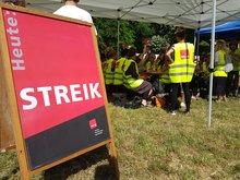 Streikende vor dem Volkshaus